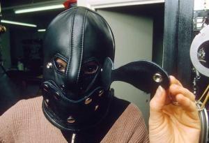 Máscara de castigo con privación sensorial