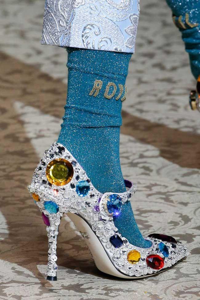 51820d7e8b sapato branco com pedras da Dolce e Gabbana