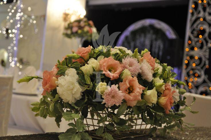 композиция на стол гостей из розы, гортензии, эустомы