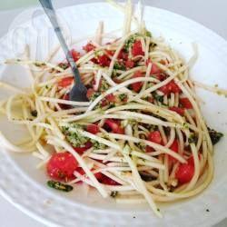 Spaghetti z cukinii z pesto pietruszkowym i pomidorami