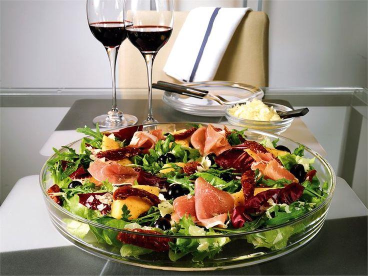 Italialainen antipasto-salaatti on oivallinen illanistujaisten tai tupaantuliaisten suolainen tarjottava.
