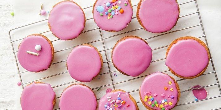 Dit verrukkelijke recept komt uit het nieuwe kookboek Heel Holland bakt mee! Zo maak je thuis roze koeken. Om je vingers bij af te likken, zo lekker.