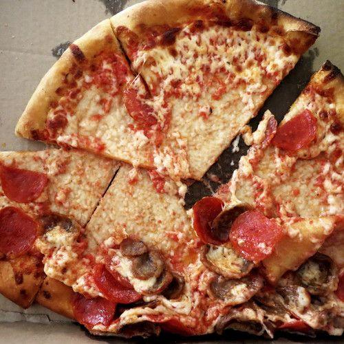 Dostawca pizzy na nocnej zmianie