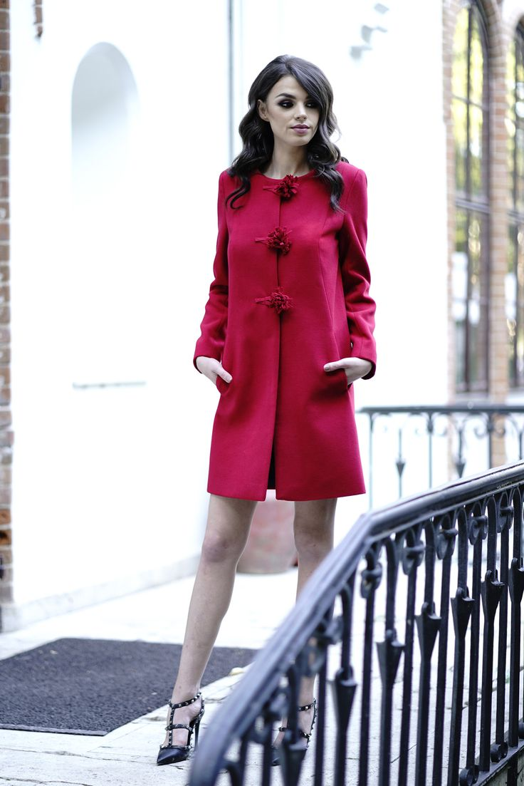 In the autumn chilly days charm everyone around you by wearing an elegant coat in the color of passion, red. Discover the Ava red coat in our online shop