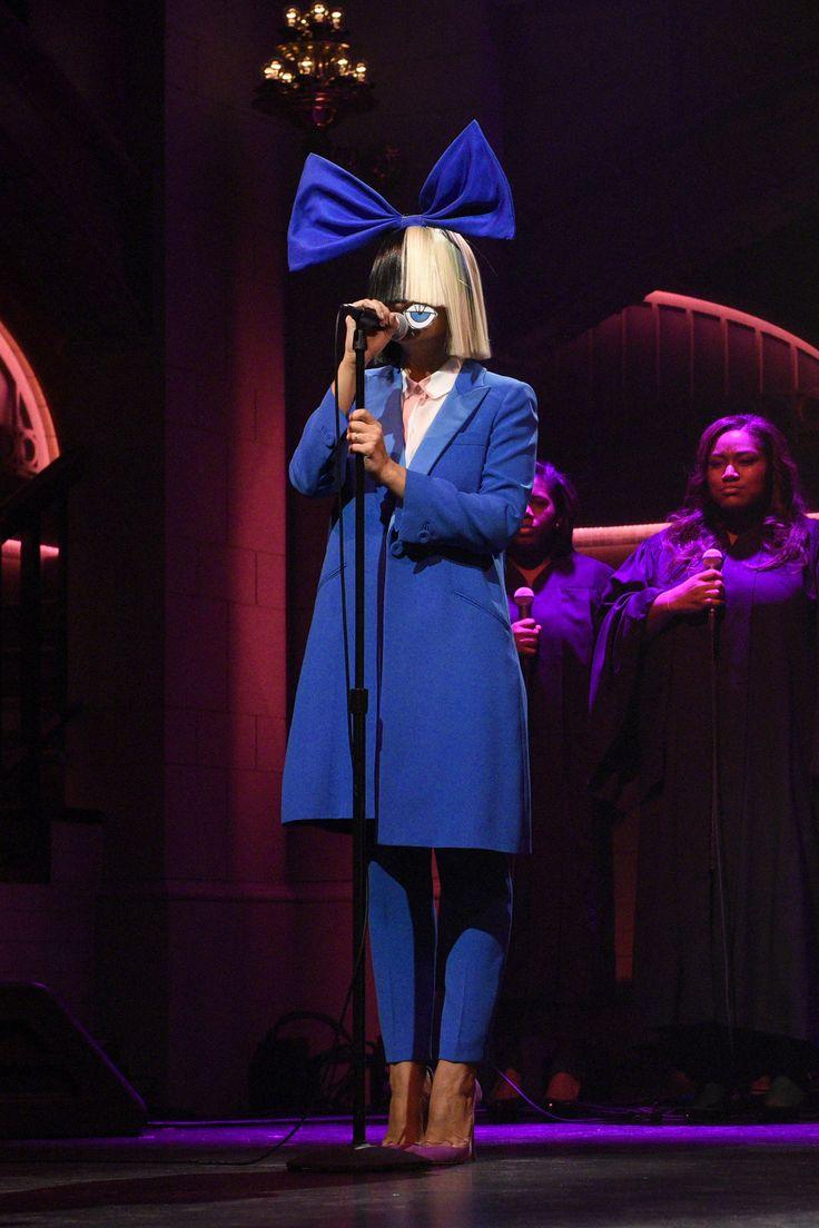 sabato 7 novembre, per la sua performance al Saturday Night Live,  #Sia ha scelto di indossare uno smoking blu di seta con risvolto in satin, della collezione #GiorgioArmani.