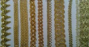 PASAMANERÍA: Género de galón o trencilla, cordones, borlas, flecos y demás adornos de oro, plata, seda, algodón o lana que sirve para guarnecer y adornar los vestidos y otras cosas.