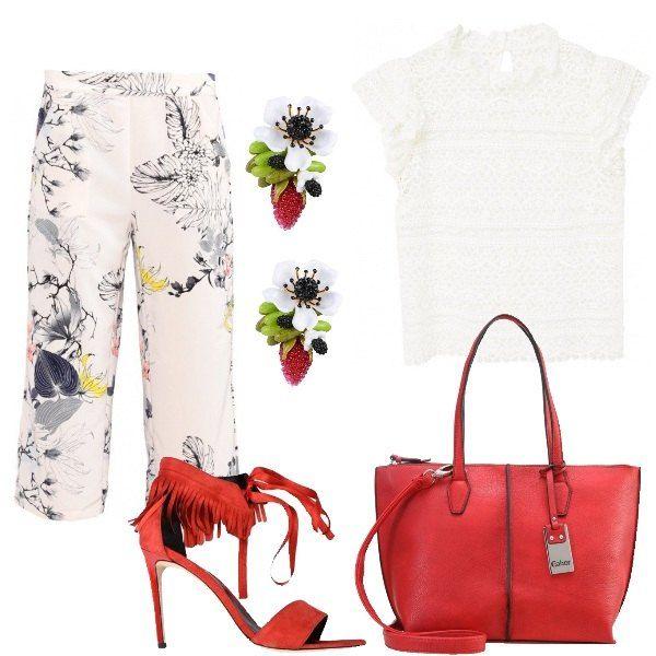 Un outfit da giorno, fresco e allegro. I pantaloni hanno una lunghezza a 7/8, larghi di gamba, con stampa in contrasto. Una camicia bianca completamente in pizzo, a manica corta, con collo alla coreana. Un sandalo rosso, con tacco a spillo e frange. Orecchini in resina e metallo. Bag ampia con tracolla.
