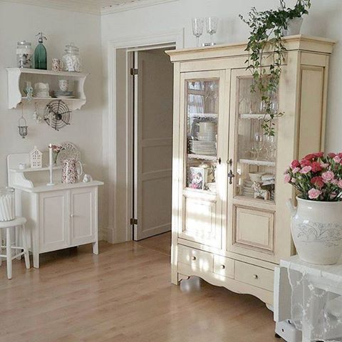 https://i.pinimg.com/736x/b2/14/35/b21435d1235a5034d992205b43fab71b--home-decorating-things-i-love.jpg