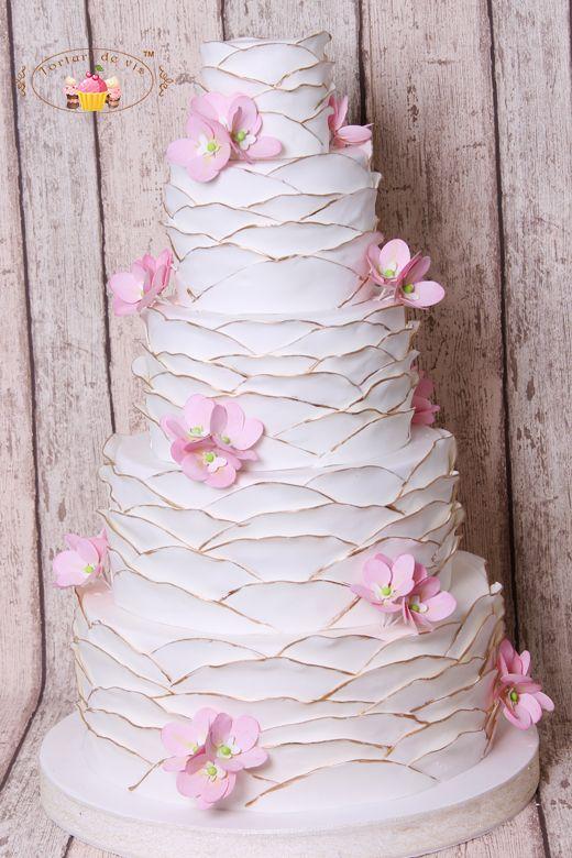 Torturi de vis: Tort de nunta cu ruffles, orhidee roz si accente aurii