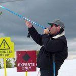 Des bâtons de ski avec une gourde pour picoler au sport d'hiver