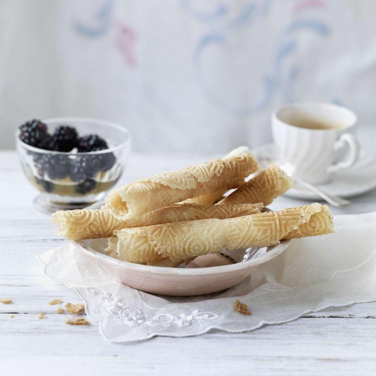 Rahm-Bretzeli. Die mit Doppelrahm zubereiteten Bretzeli (Bricelets) bleiben in einer Blechdose eine Woche frisch. Sie passen zu Glace oder anderen Desserts wie Cremen.
