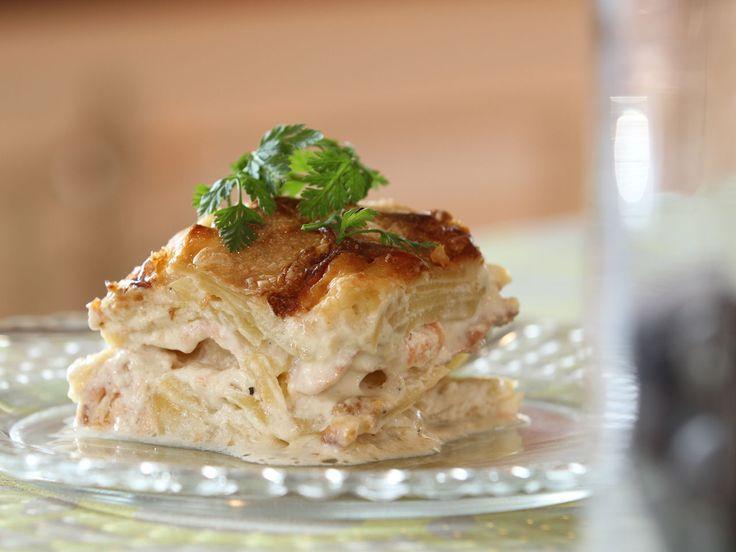 Découvrez le traditionnel gratin revisité par Sophie. Les amateurs de saumon seront comblés puisque la recette allie la saveur délicate du saumon frais à celle plus prononcée du saumon fumé.