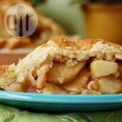 Pay enrejado relleno de rebanadas de manzana Granny Smith bañadas en un jarabe de mantequilla con dos tipos de azúcar.