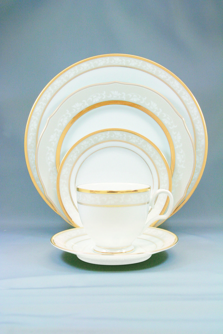 Сервиз чайно-обеденный, 6 перс, 31 пр, Династия Голд  Посуда из костяного фарфора. Комплектность: 1 салатник, 6 тарелок 26,5 см, 6 тарелок 21,0 см, 6 суповых тарелок, 6 чашек, 6 блюдец.