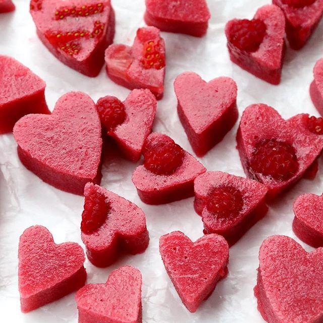 Strawberry and raspberry hearts 💓 // {Corazones de fresa y frambuesa} Recipe on the blog: https://www.laylita.com/recipes/strawberry-raspberry-gelatin-hearts/ #strawberryhearts #valentinesday #laylitasrecipes