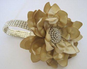 Ramillete de muñeca flores oro champán en un brazalete y un acento de diamantes de imitación de Dama de honor novia madre de la orden de encargo de fiesta de novia