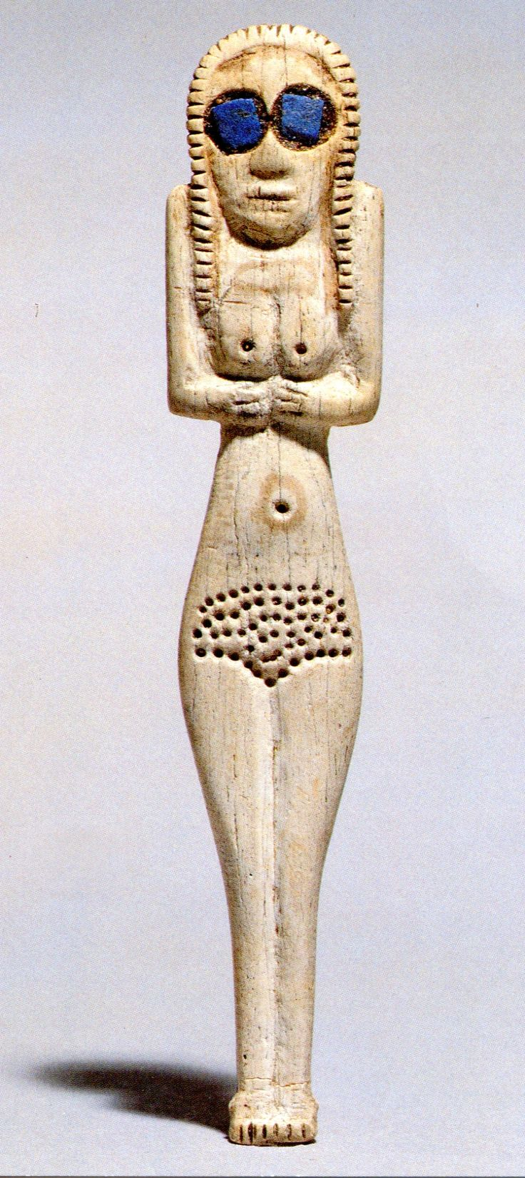 Las Sumerias hacían topples.  El fachoislamismo te lapida.   Sumerian bone-carved topless Inanna figurine wearing cool lapis lazuli sunglasses C.3600 BC