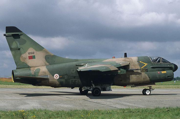 LTV_A-7P_Corsair_II,_Portugal_-_Air_Force_AN1051302.jpg (imagem JPEG, 1024 x 678 pixeis) - Redimensionado (91%)