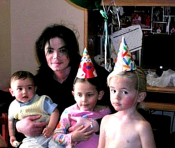 Michael Jackson with Blanket, Paris Jackson, and Prince Jackson.