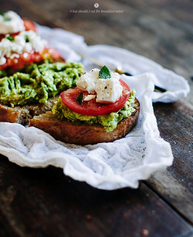 Avocado toast with goat cheese and tomato  / Marta Greber