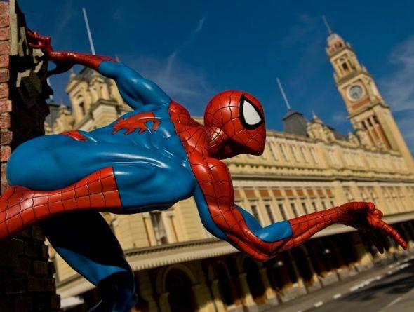 Homem-Aranha, da Marvel, solta teias na Estação da Luz