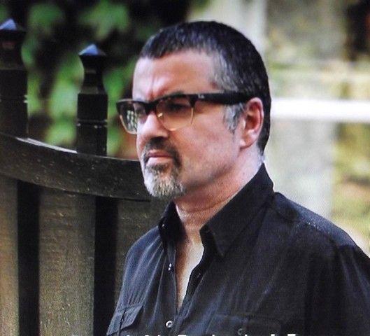 Quelques nouvelles photos de George Michael prises le 2/09/2013 à la sortie de son domicile à Highgate... Le sourire n'est toujours pas présent.... Mais le voir en forme suffit à nous ravir le coeur.... Retrouver le lien ici : link