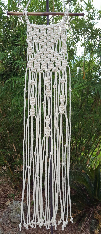 Colgante Macramé pequeña. Listo para enviar...  Este dulce macramé pared arte funciona muy bien en espacios pequeños como viveros, baños o cualquier lugar que necesite un toque especial. Hace de bajo coste sin embargo único, hecho a mano regalo para housewarmings, baby shower o hermana/mamá. Similar en su diseño como Angélica, uso de cuerdas más grande.  Título: Angélica II  Tamaño: Caña de bambú es 11 Colgante macramé mide 5.de ancho y 30 de largo (no incluye colgante cadena).  Cordón t...