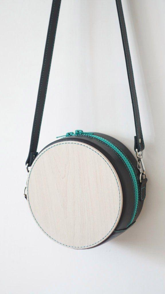 Сумка Материалы: дерево (клён), натуральная кожа, стёганая хлопковая подкладка (тик), металлическая фурнитура. Размер: диаметр 18 см Ручная прошивка