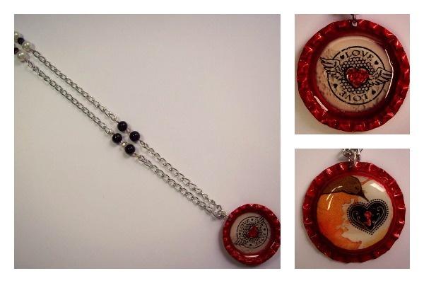 Collar Corazón alado  Materiales: Cadena niquelada, perlas, cuentas de murano, tapas de gaseosa, imágenes de revista y resina  Valor: $15.000