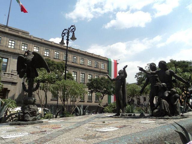 * Statue commemorating the foundation of Tenochtitlan - Statua messicana che ricorda la leggenda della fondazione di Tenochtitlan - Escultura que rememora el momento en que los mexicas encontraron la señal para la fundación de Tenochtitlán