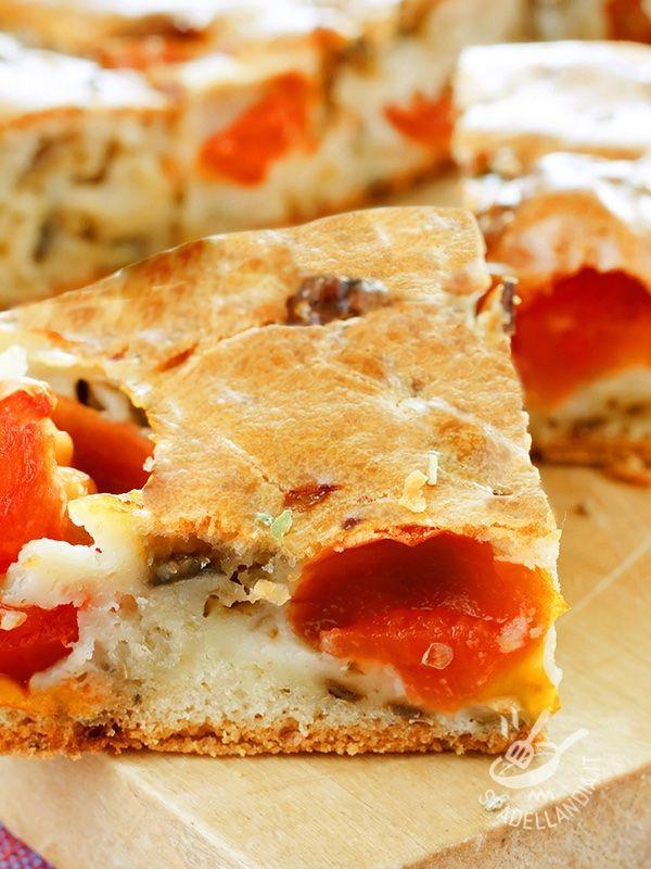 La Focaccia con salsiccia, stracchino e pomodori è un piatto tipico della tradizione culinaria rustica del Belpaese. Golosissima, piace a grandi e bambini! #focacciaconsalsiccia #focacciaconstracchino
