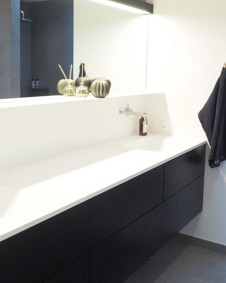 KUNDE BAD   Fineste badeværelse med Athena sort eg lodret finer med push og mat hvid marmor bordplade. Enkelt og elegant. Vores lodrette eg er håndsorteret og giver et super flot spil. Konsulent: René Hede Fogsgaard #bad #nytbad #bathroom #badeværelse #invita #invitaaarhus #athena #sorteg #finer #bathinspo