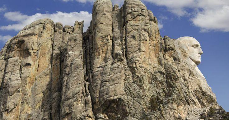 Proceso de meteorización del granito. El granito es una roca ígnea que se inyecta o se entromete como magma en la corteza de la Tierra y luego se enfría. Consta de cuatro componentes minerales principales: dos de estos son tipos de feldespato, un grupo de compuestos de sílice que constituyen el grupo mineral más abundante en la Tierra. El feldespato plagioclasa es un compuesto de ...