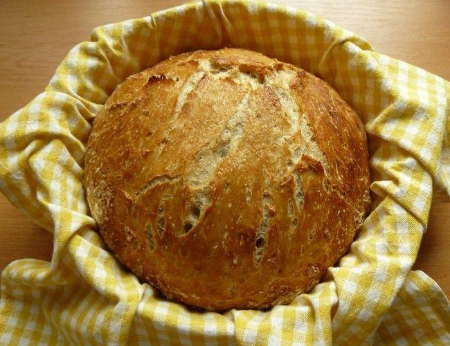 Domácí křupavý chléb, krok 5: Poté nádobu vyndejte a chlebík vyklopte na rošt, kde může chladnout. Nechte opravdu pořádně vychladnout, jinak se vám při krájení zdrcne.