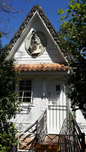 The iconic Bardon 'Fairy House' is for sale and desperately needs a loving owner to orchestrate house painting and surface restoration. Please, someone restore this heritage-listed classic in Brisbane, Australia.