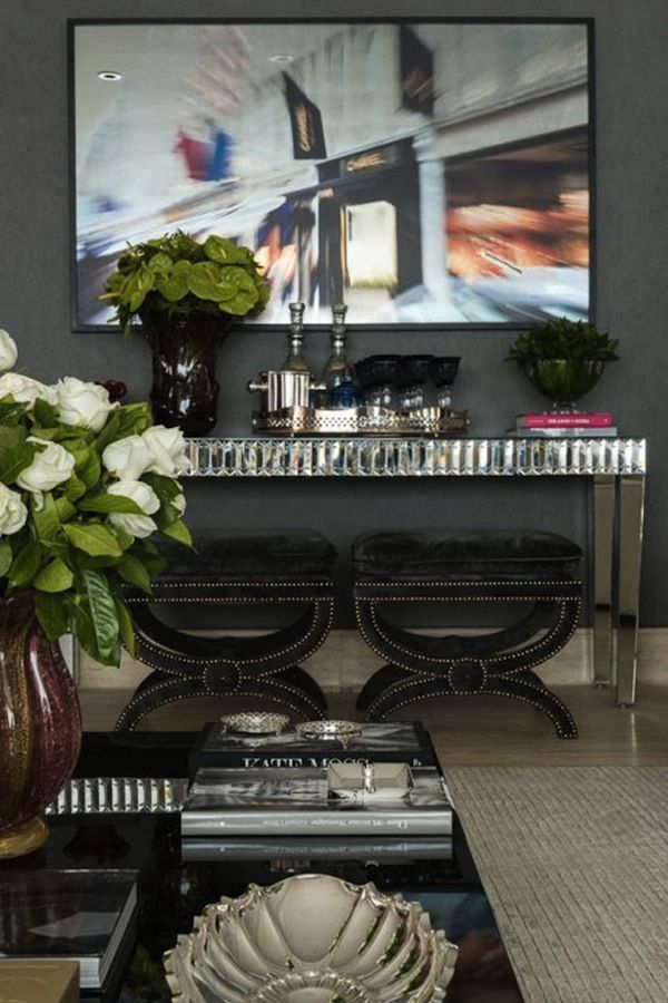 Já demos algumas dicas sobre como arrumar o espaço dobar em casa. Agora reunimos alguns ambientes com mesas e aparadores para disporas bebidas, copos, ba