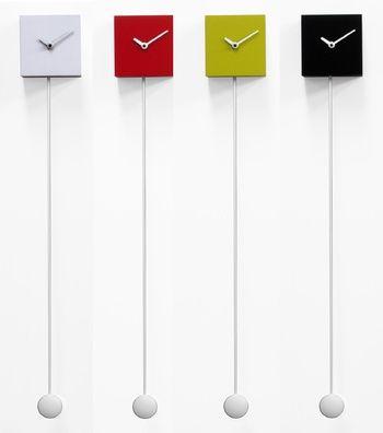 Longtime egy minimál stílusú kocka formájú falióra, hosszú ingával a végén.