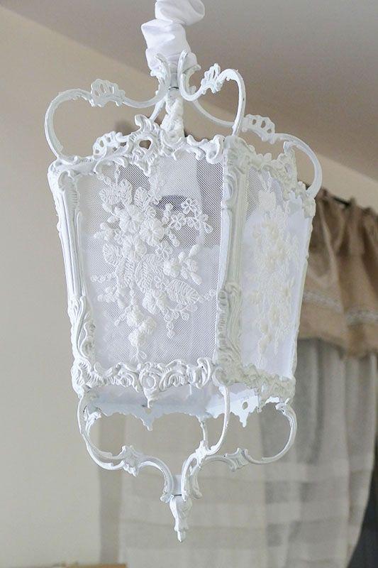 Lanterne en bronze patinée blanc de blanc, ornée de dentelle . Lanterne de belle taille à suspendre. Lantern shabby chic