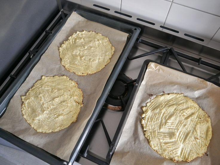 Ik maakte een bloemkoolpizza. De bodem van deze pizza is namelijk niet gemaakt met meel, maar van bloemkool. Gezond, glutenvrij, lactosevrij en super smaakvol! Een pizza gemaakt van bloemkool… interessant. Toen ik het ideevoor dit gerecht voorbij zag komen, werd ik nieuwsgierig. Want dus door een bloemkool in de keukenmachine te verpulveren, blijft er een...