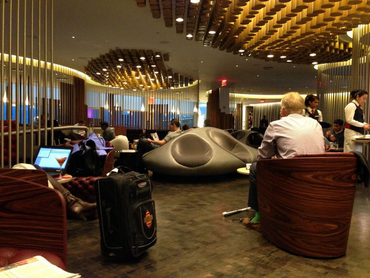 国際線というと、狭いところに長時間座っていなければならないイメージですが、空港のラウンジでリラックスしてラグジュアリーな飛行機旅を楽しんでいる人たちもいます!そんなリッチな気分にさせてくれる空港ラウンジをご紹介します♪ 1.ヴァージンアトランティック航空「クラブハウス」 【ジョン・F・ケネディ空港/アメリカ】ヴァージンアトランティック航空のアッパークラス専用空港ラウンジ「クラブハウス」。JFK空港のラウンジはどこかレトロな雰囲気がステキ。ヴァージン航空のラウンジは、スキンケアやトリートメントなどのスパメニューもある空港もあり、何時間でも滞在したいラウンジです。「クラブハウス・スパ」は、「D..