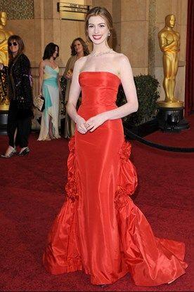 De jurk willen we liefst zo snel mogelijk vergeten, maar het is de ketting van Tiffany Lucida die Anne Hathaways outfit uit 2011 zo duur maakt: 8 miljoen euro.