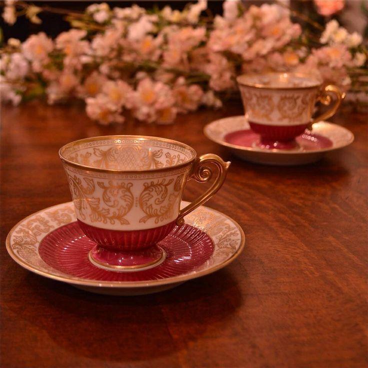 Türk kahvesini büyük, çayı küçük fincanda içmeyi sevenler için...  Türk kahvesini çok sevenler için okkalı bir Türk Kahvesi tarifi: 1,5 çay kaşığı şeker (şekerli sevenler için ; 2-2,5 çay kaşığı) 2 çay kaşığı kahve 1 kahve fincanı su Malzemeler her türk kahvesinde aynıdır. Ama malzemelerin koyuluş sıraları ve kullanım şekilleri kahvenin tadını ve köpük oranını çok büyük miktarda değiştirir. Kahveyi yapacağınız su normal musluk suyu olmamalıdır> Damacana su kullanılmalı. Bu su mutlaka…