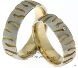Gelaagde trouwringen van mat witgoud en geelgoud met grillig patroon. De trouwringen zijn 6 mm. breed. In de dames trouwring zijn speels 3 briljant geslepen diamanten verwerkt van 0,03 ct.