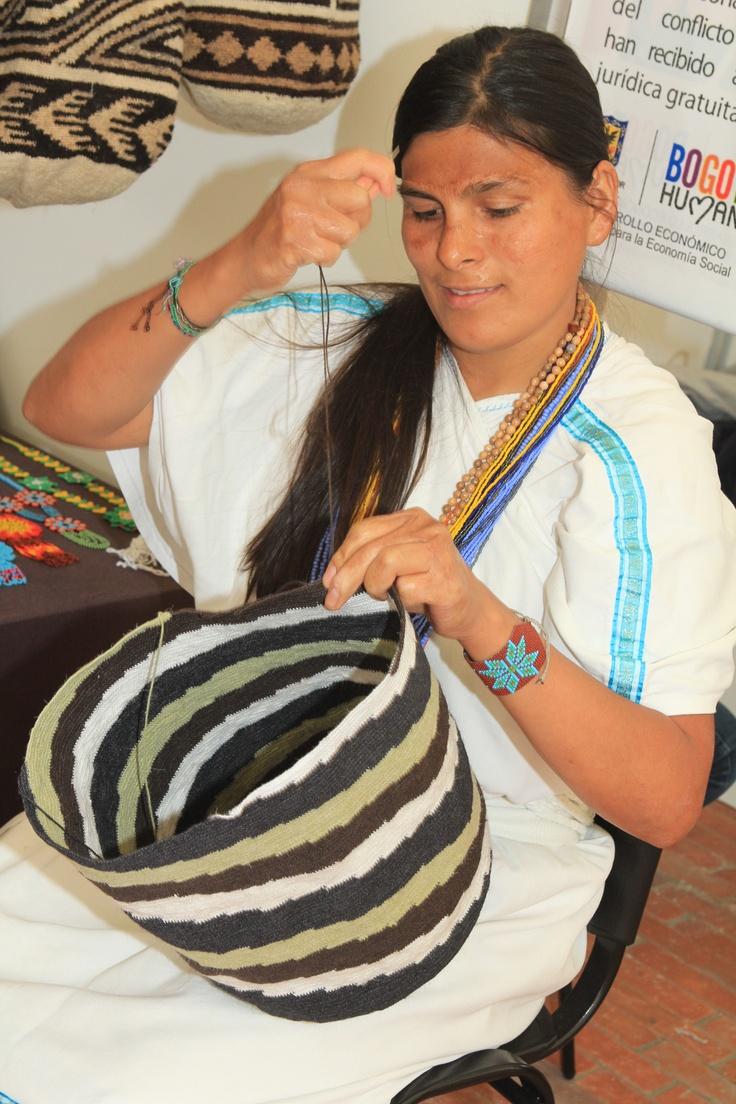 Navidad hecha a mano compra los productos de las victimas del conflicto en el pabellón 5