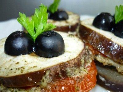 Башенки из баклажанов и помидоров 100 гр. нежирного творога  50 гр. твёрдого сыра  1 ст. л. оливкового масла  1/3 стакана молока  2 зубчика чеснока (кто любит поострее - можно взять больше чеснока Wink )  1 ч.л. прованских сухих трав (или итальянских трав, или базилика)  1 средний баклажан  2 средних помидора  соль и перец молотый - по вкусу  фольга для запекания (запечённые в фольге) : Низкокалорийные рецепты