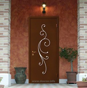Входная металлическая дверь с кованными элементами.