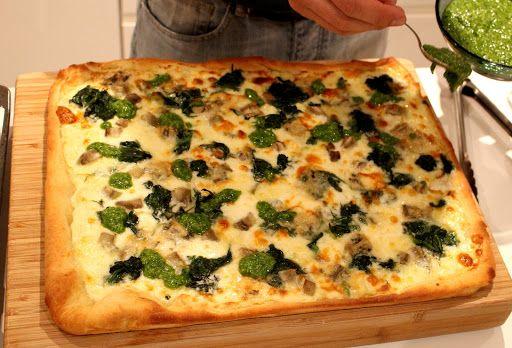 vegetarische pizza met spinazie, artisjok en pesto http://www.everlaung.be/2015/09/24/pizza-met-artisjok-spinazie-en-pesto/