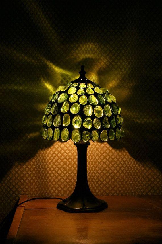 Prachtige, romantische en energieke glas groene lamp. Het zal het creëren van een unieke sfeer in elke kamer. Gemaakt in tiffany techniek: een mooie rode glas stenen gewikkeld met koperen tape, tin gesoldeerd en gepatineerd. Basis en andere componenten van de lamp zijn gemaakt van messing. Lamp is 60W E-14. Lamp heeft een aan/uit-schakelaar op de kabel. De lamp is professioneel gemaakt door mij.    Afmetingen van de lamp: -Diameter bowl - 23 cm (9 ) -Totale hoogte-37 cm (14,5 ) -Basis di...