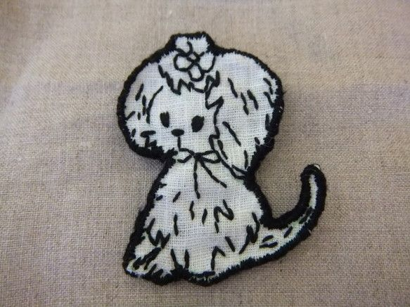 頭にお花の飾りを付けたワンちゃんのブローチです。シンプルなデザインなので合わせやすいと思います。素材 刺繍部分 麻   土台部分 フェルト大きさ(一番長いとこ...|ハンドメイド、手作り、手仕事品の通販・販売・購入ならCreema。