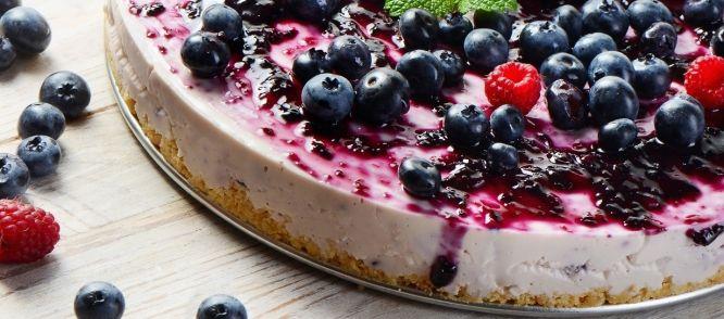 Heerlijke cheesecake met bosbessen, rode bessen of bramen.